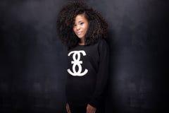 Schöne Afroamerikanermädchenaufstellung Stockfotos