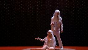 Schöne Albinopaare eingefroren unter Licht des Scheinwerfers stock footage