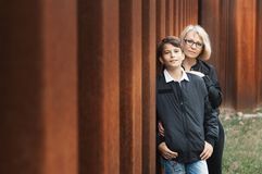 Schöne, Allein Erziehendemutter und jugendlich Sohn im Park foto stockfotografie