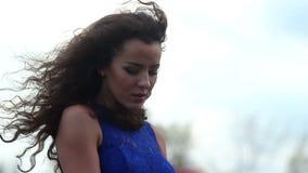 Schöne alleine Frau, Traurigkeit, Krise, hoffnungslose Liebe stock video footage