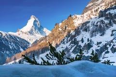 Schöne alpine Landschaft mit Matterhorn-Spitze morgens s Stockfotos