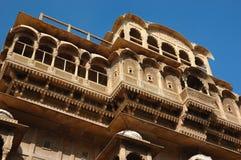 Schöne alte aufwändige Balkone des mittelalterlichen haveli, Jaisalmer, Indien Lizenzfreie Stockfotografie