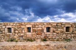 Schöne alte beige Steinwand auf dem Hintergrund des hellen blauen Himmels in Rethymnon, Kreta Lizenzfreies Stockfoto
