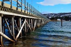Schöne alte Brücke, die zwei Inseln über Ozean kreuzt Lizenzfreies Stockfoto