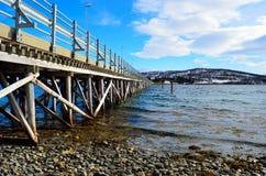 Schöne alte Brücke, die zwei Inseln über Ozean kreuzt Lizenzfreie Stockfotos