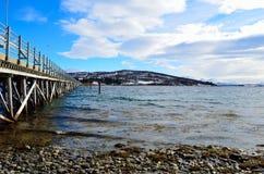 Schöne alte Brücke, die zwei Inseln über Ozean kreuzt Stockbilder