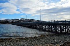 Schöne alte Brücke, die zwei Inseln über Ozean kreuzt Lizenzfreies Stockbild