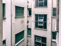 Schöne alte Fenster in Rom (Italien) Ansicht vom Fenster der Wohnung in den Hof eines Wohngebäudes stockfoto