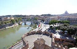 Schöne alte Fenster in Rom (Italien) Brücke und Castel Sant-` Angelo und der Tiber-Fluss Lizenzfreie Stockbilder