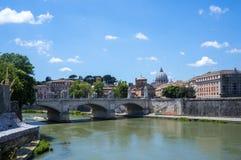 Schöne alte Fenster in Rom (Italien) Brücke zu Castel Sant-` Angelo Lizenzfreie Stockbilder