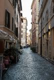 Schöne alte Fenster in Rom (Italien) 4. Dezember 2017: Alte Straße in Rom, Italien Lizenzfreies Stockbild