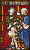 Schöne alte Fenster in Rom (Italien) 2016: Die Heiligen Peter und John Healing der lahme Mann auf dem Buntglas von allem Saints&  Lizenzfreies Stockfoto