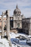 Schöne alte Fenster in Rom (Italien) 26. Februar 2018 Roman Forum nach seltenem Schnee in der italienischen Hauptstadt Lizenzfreies Stockfoto