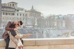 Schöne alte Fenster in Rom (Italien) 21. Januar 2017 Verbinden Sie das Küssen und das Machen von selfie Foto in Rom stockfotos