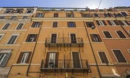Schöne alte Fenster in Rom (Italien) Teil der Fassade des Altbaus mit vielen wi Lizenzfreie Stockbilder