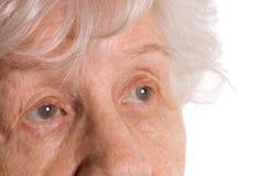 Schöne alte Frau getrennt auf weißem Hintergrund stockfoto