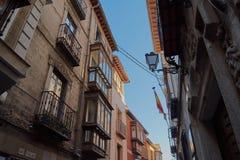 Schöne alte Häuser mit Glasbalkonen auf einer Straße in der Mitte von Toledo, Spanien lizenzfreie stockfotos