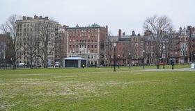 Schöne alte Häuser um Boston-Common - BOSTON, MASSACHUSETTS - 3. April 2017 Lizenzfreies Stockbild