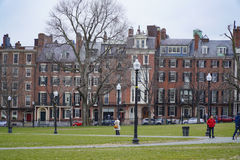 Schöne alte Häuser um Boston-Common - BOSTON, MASSACHUSETTS - 3. April 2017 Lizenzfreie Stockbilder