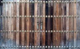 Schöne alte Holztür mit Eisenschlagverzierung Lizenzfreie Stockfotos