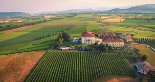 Schöne alte italienische Schlosshostinghochzeit in der Landschaft Stockbild