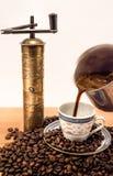 Schöne alte Kaffeetasse mit Kaffeebohnen mit altem Kaffeeschleifen Stockbild