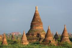 Schöne alte Pagoden in Bagan während des Sonnenaufgangs Stockfotografie