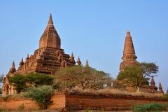 Schöne alte Pagoden bei dem Sonnenuntergang in archäologischer Zone Bagan, Stockfotografie