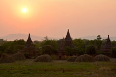 Schöne alte Pagoden bei dem Sonnenuntergang in Bagan archäologisch Lizenzfreie Stockfotografie