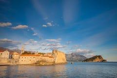 Schöne alte Stadt von Budva, im adriatischen Meer Lizenzfreies Stockbild