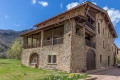 Schöne alte Steinhäuser im spanischen alten Dorf Stockfoto