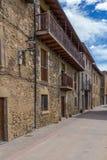 Schöne alte Steinhäuser im spanischen alten Dorf Stockbild