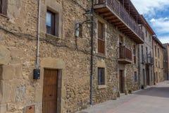 Schöne alte Steinhäuser im spanischen alten Dorf Lizenzfreies Stockfoto
