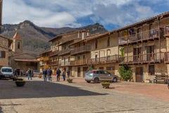 Schöne alte Steinhäuser im spanischen alten Dorf Stockbilder