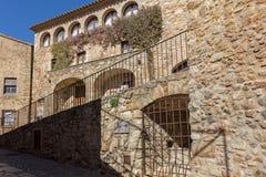 Schöne alte Steinhäuser im spanischen alten Dorf, Kumpel, in Costa Brava stockbild