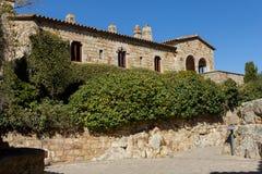 Schöne alte Steinhäuser im spanischen alten Dorf, Kumpel, in Costa Brava lizenzfreie stockfotografie