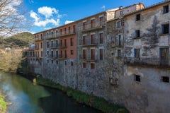 Schöne alte Steinhäuser im spanischen alten Dorf Sant Feliu de Pallerols in Katalonien lizenzfreie stockbilder