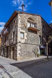 Schöne alte Steinhäuser im spanischen alten Dorf Sant Feliu de Pallerols in Spanien lizenzfreie stockfotos