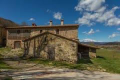 Schöne alte Steinhäuser in spanischer alter Dorf Hostales-Höhle Bas in Katalonien von Spanien Lizenzfreie Stockfotos