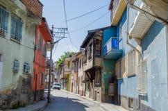 Schöne alte Straße herein in die Stadt mit Häusern mit hölzernem Fensterladen Stockfotografie