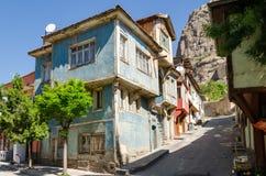 Schöne alte Straße herein in die Stadt mit Häusern mit hölzernem Fensterladen Lizenzfreie Stockfotos