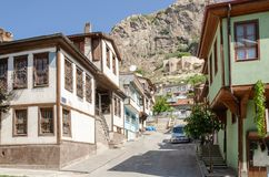 Schöne alte Straße herein in die Stadt mit Häusern mit hölzernem Fensterladen Stockfotos