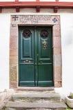 Schöne alte Tür am Heilig-Jean-Gescheckt-De-Hafen, Frankreich lizenzfreie stockfotografie