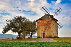 Schöne alte Windmühle in der Herbstzeit Landschaftsfoto mit Architektur an der goldenen Stunde des Sonnenuntergangs Kunkovice - T lizenzfreies stockfoto