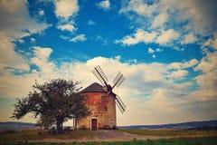 Schöne alte Windmühle in der Herbstzeit Landschaftsfoto mit Architektur an der goldenen Stunde des Sonnenuntergangs Kunkovice - T lizenzfreies stockbild