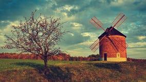 Schöne alte Windmühle Landschaftsfoto mit Architektur an der goldenen Stunde des Sonnenuntergangs Chvalkovice - Tschechische Repu stockfoto
