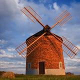 Schöne alte Windmühle Landschaftsfoto mit Architektur an der goldenen Stunde des Sonnenuntergangs Chvalkovice - Tschechische Repu lizenzfreie stockbilder