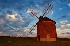 Schöne alte Windmühle Landschaftsfoto mit Architektur an der goldenen Stunde des Sonnenuntergangs Chvalkovice - Tschechische Repu stockbilder