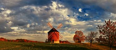 Schöne alte Windmühle Landschaftspanoramafoto mit Architektur an der goldenen Stunde des Sonnenuntergangs Chvalkovice - Tschechis lizenzfreies stockfoto