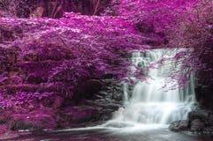 Schöne Alternative farbige surreale Wasserfalllandschaft Lizenzfreie Stockfotografie